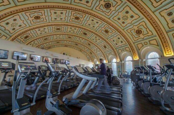 Sous les voûtes, une salle de gym avec de nombreux appareils