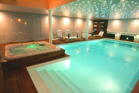 """Piscine intérieure avec spa & hammam, plages bois verni et ciel étoilé<span class=""""normal italic petit"""">© L'Esprit piscine</span>"""