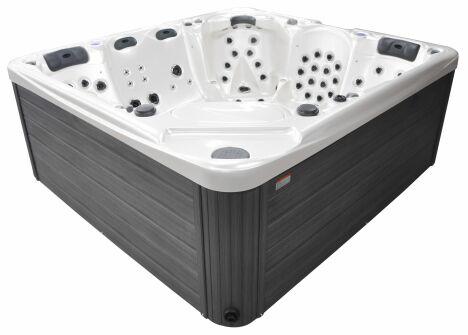 """Le spa 6 places Serenity est un spa haut-de-gamme spécialement adapté aux personnes de grande taille.<span class=""""normal italic petit"""">© Blue Lagoon Spas</span>"""