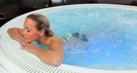 """spa femme détente, remous, eau chaude, spa à débordement<span class=""""normal italic petit"""">© Sommum Wellness</span>"""