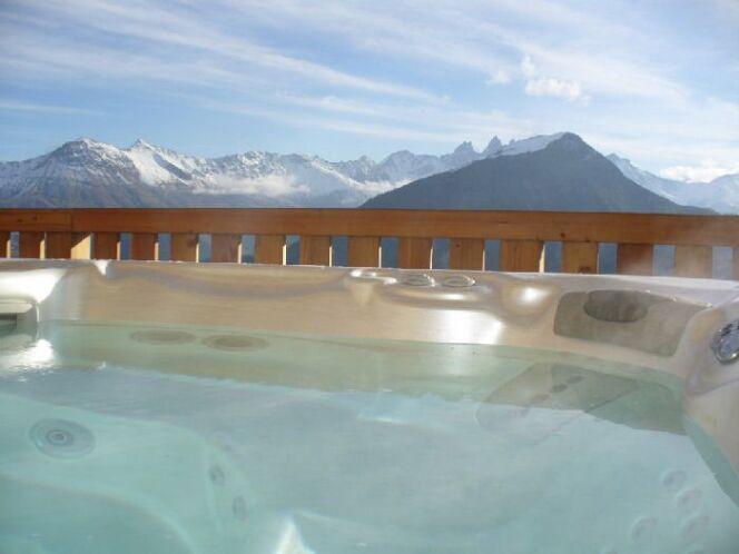 """Prendre un bain à bulles sous la neige est une expérience unique surtout quand on la pratique devant un décor magnifique.<span class=""""normal italic petit"""">© Odalys Chalet Le Reflet des Aiguilles</span>"""