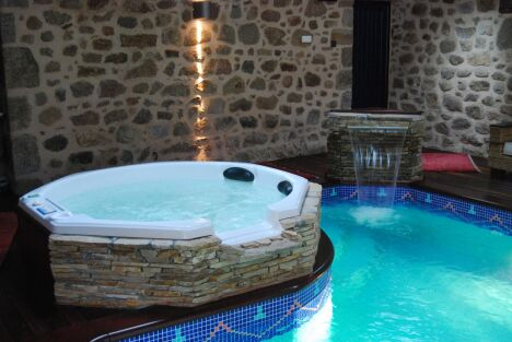 """Spa donnant directement dans la piscine<span class=""""normal italic petit"""">© L'Esprit piscine</span>"""