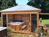 Un spa extérieur couvert