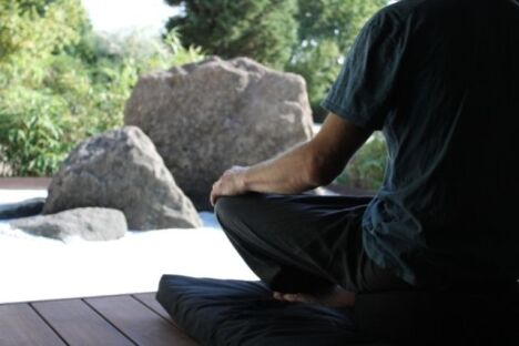 """Méditation sur la terrasse de contemplation<span class=""""normal italic petit"""">DR</span>"""