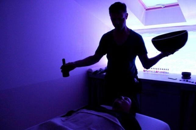 Salle de massage avec chromothérapie