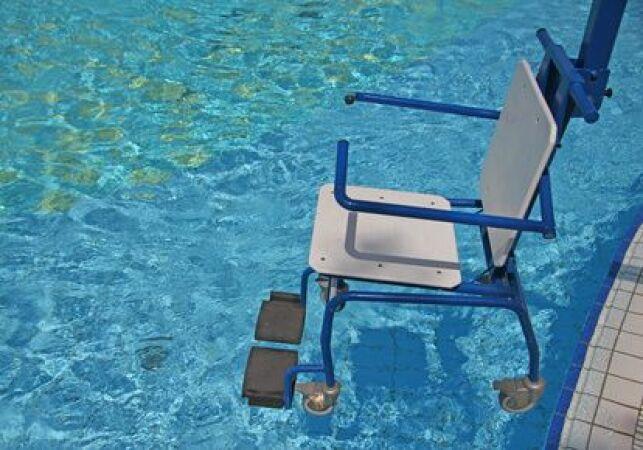 L'élévateur permet à une personne en situation de handicap de rentrer plus facilement dans un spa ou une piscine.