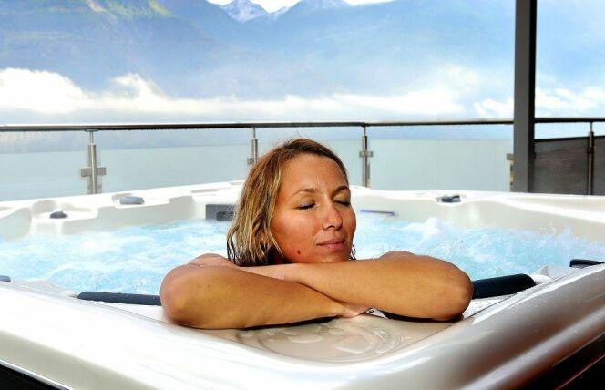 """Un spa permet de passer de longs moments à se relaxer après le travail. Si vous en ressentez le besoin permanent peut-être est-il temps d'investir dans un spa.<span class=""""normal italic petit"""">© Volition Spas</span>"""