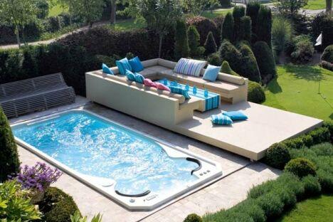 """Spa de nage Acylique modèle Aquasport extérieur avec terrasse surélevée et salon de jardin contemporain<span class=""""normal italic petit"""">© Clair Azur Spas</span>"""
