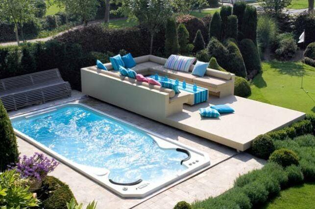 Spa de nage Acylique modèle Aquasport extérieur avec terrasse surélevée et salon de jardin contemporain