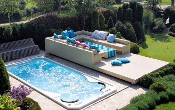 Spa de nage Acylique modèle Aquasport extérieur avec terrasse surélevée et salon de jardin contemporain © Clair Azur Spas