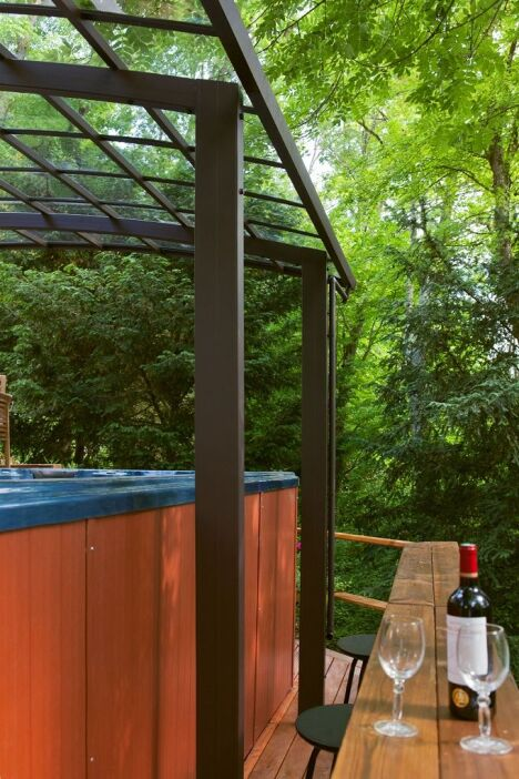 Spa de nage et la convivialité avec les invités qui participent en dehors du spa