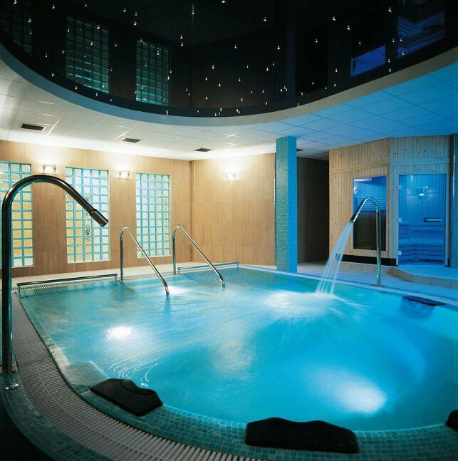 Spa de nage Hydrospa V avec mosaïque bleue et plafond étoilé.