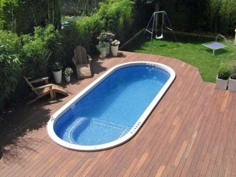 """Spa de nage Mosaïque avec plage en bois<span class=""""normal italic petit"""">© Clair Azur Spas</span>"""