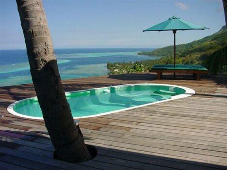 """Spa de nage Mosaïque avec plage en bois et vue sur mer<span class=""""normal italic petit"""">© Clair Azur Spas</span>"""