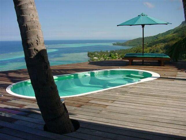 Spa de nage Mosaïque avec plage en bois et vue sur mer