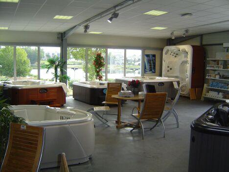 """Notre show-Room, 20 spas exposés à saint Paul les Dax, sur 500 M2<span class=""""normal italic petit"""">DR</span>"""