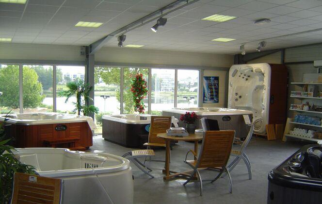 Notre show-Room, 20 spas exposés à saint Paul les Dax, sur 500 M2 DR