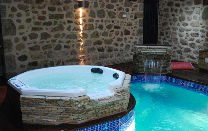 Spa intérieur et piscine © L'Esprit piscine