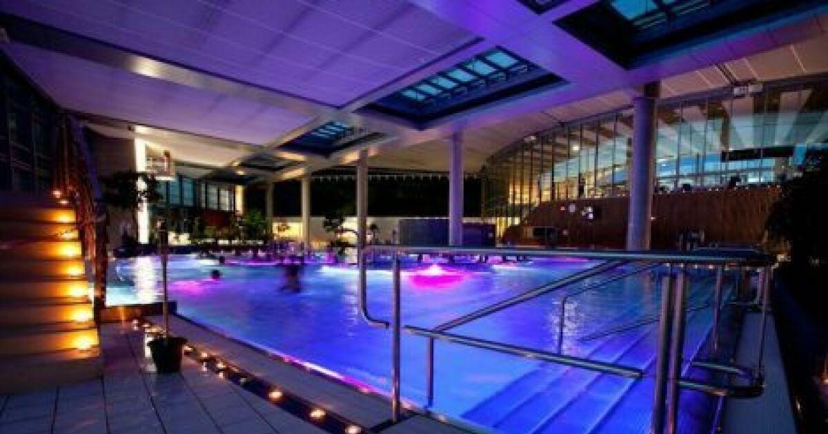 Les spots de piscine pour clairer le bassin - Spot terrasse piscine ...
