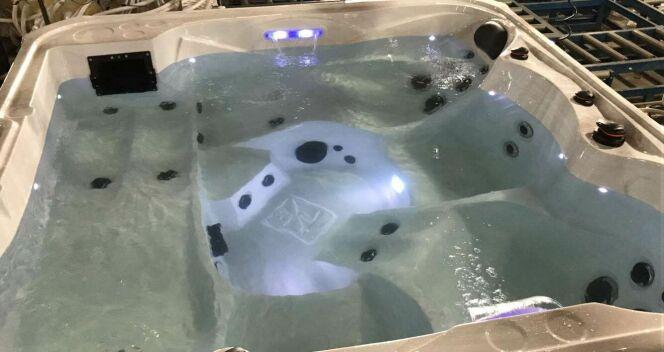 "Sweety - vue du bassin, par Bluelagoonspas. <span class=""normal italic petit"">© Bluelagoonspas</span>"
