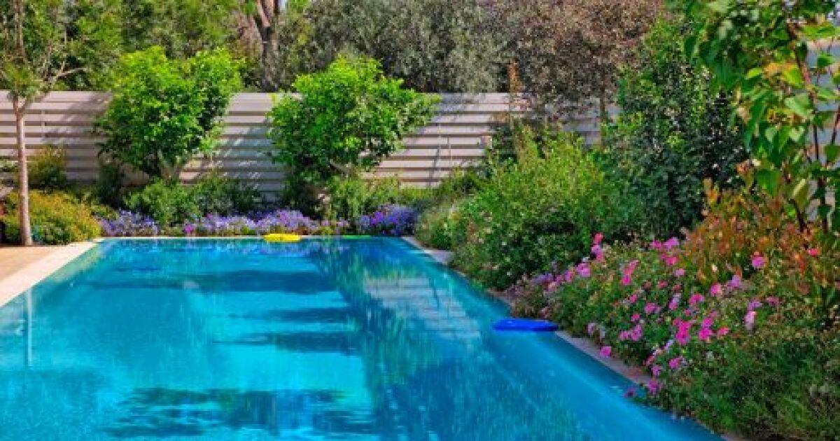 enlevez les taches noires sur le liner de la piscine. Black Bedroom Furniture Sets. Home Design Ideas
