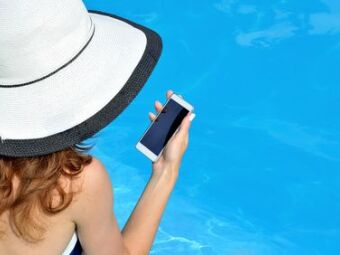 Téléphone portable tombé dans la piscine : que faire ?