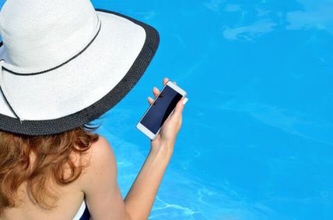 """Téléphone portable tombé dans la piscine : que faire ?<span class=""""normal italic petit"""">© Fotolia</span>"""