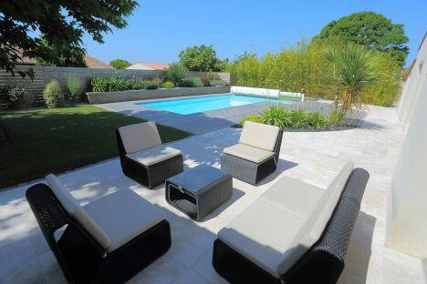 """plage bois en Ipé, terrasse en travertin<span class=""""normal italic petit"""">© ID Jardin</span>"""