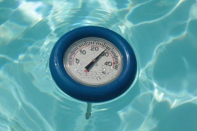 """Le thermomètre de piscine sans fil permet de mesurer de façon précise la température de l'eau.<span class=""""normal italic petit"""">© PAO joke - Fotolia.com</span>"""