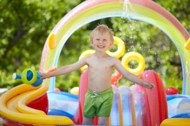 """Toboggan de piscine hors-sol : le rêve des enfants<span class=""""normal italic petit"""">© Daniel Nimmervoll - Fotolia.com</span>"""