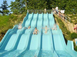 Toboggan multipistes à la piscine les Cascades à Trevoux