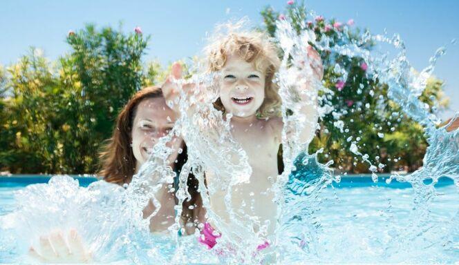 """Tout l'été dans sa piscine<span class=""""normal italic petit"""">© Fotolia</span>"""