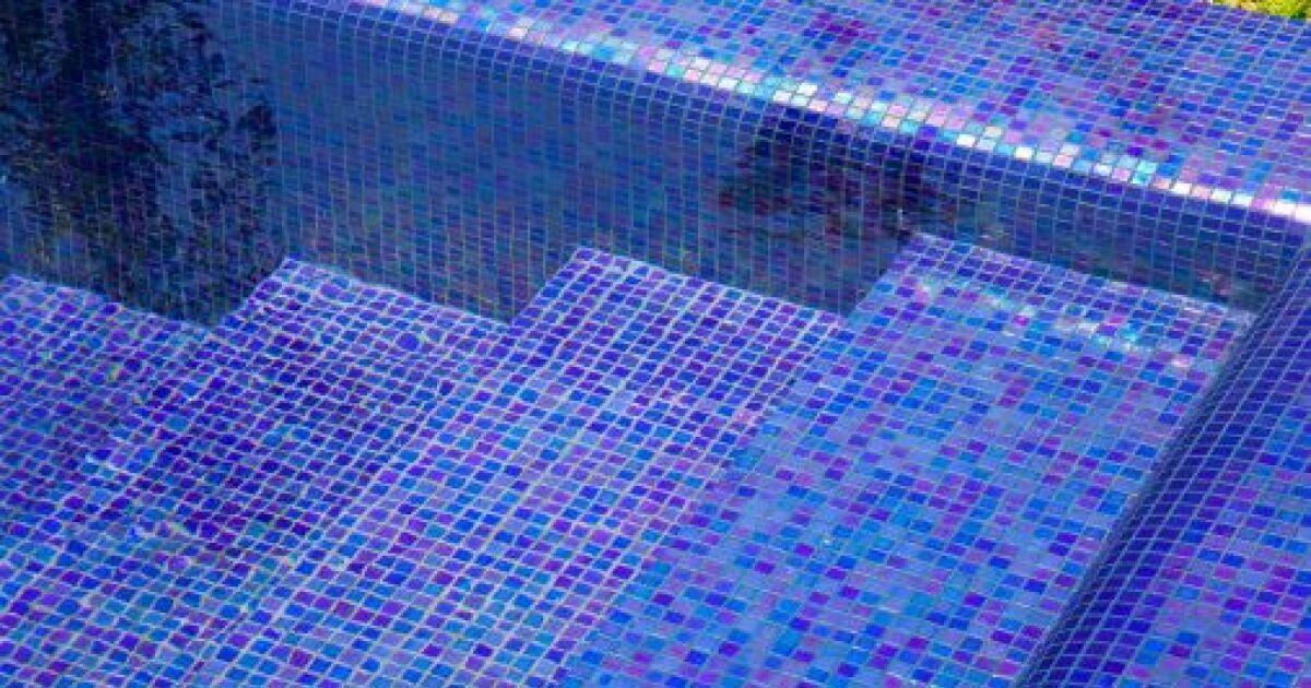 enlever les traces et taches sur une piscine conseils et. Black Bedroom Furniture Sets. Home Design Ideas