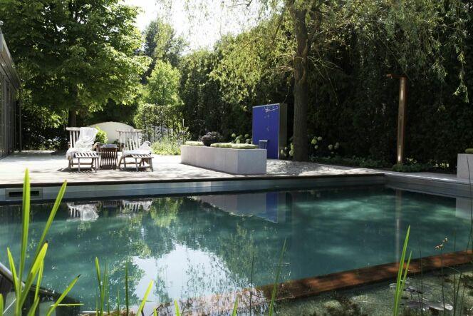 "Transformation d'une piscine classique en bassin de baignade naturel <span class=""normal italic petit"">© BioTop Baignades écologiques</span>"