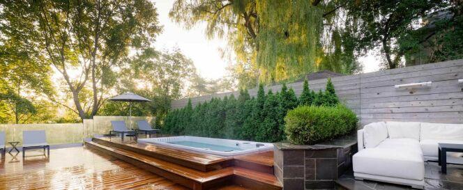 """Il est tout à fait possible de transformer une piscine classique en spa de nage.<span class=""""normal italic petit"""">© Clair Azur</span>"""