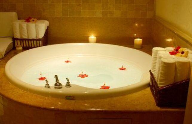 Transformez votre baignoire en spa avec un tapis de bain bouillonnant.