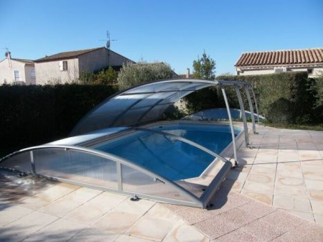 """L'abri amovible se déplace facilement et permet de dégager entièrement la piscine.<span class=""""normal italic petit"""">© Azenco</span>"""