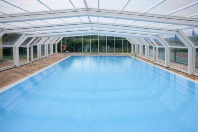 Un abri de piscine avec vitrage autonettoyant