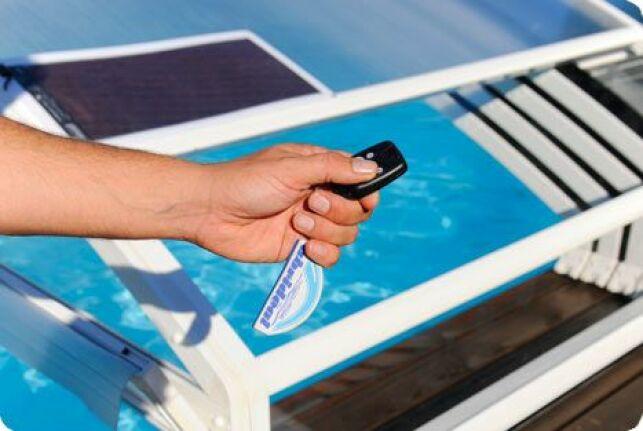 Un abri de piscine bas motorisé