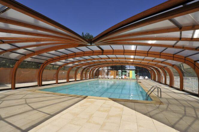Un abri de piscine en bois lamellé collé