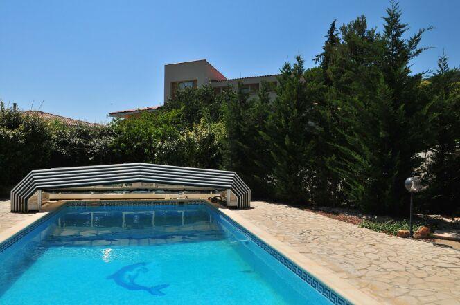 Un abri de piscine plat sans rails au sol