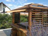 Un abri de spa en bois : résistant et accueillant