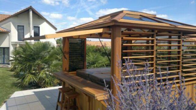 Un abri de spa en bois s'intégrera parfaitement à votre jardin quel que soit son style.