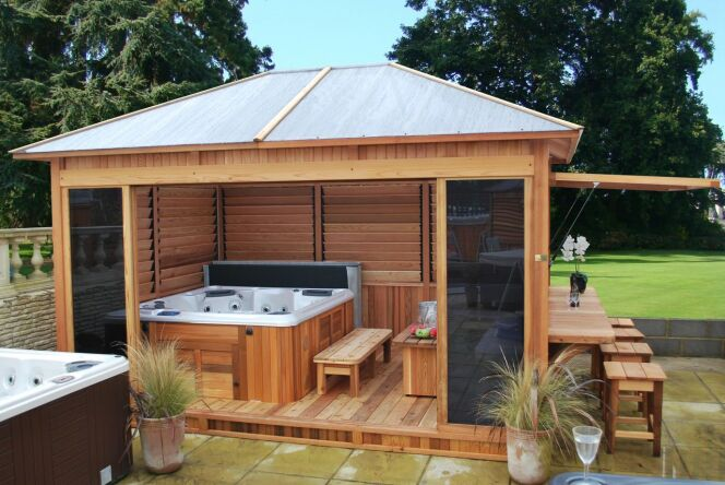 L'abri pour le spa extérieur vous permet de profiter de votre bain à bulles plus longtemps dans l'année.