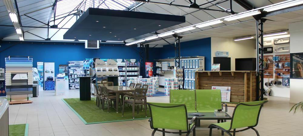 Un aménagement de magasin Magiline (Troyes) avec plusieurs types de PLV.© Piscines Magiline