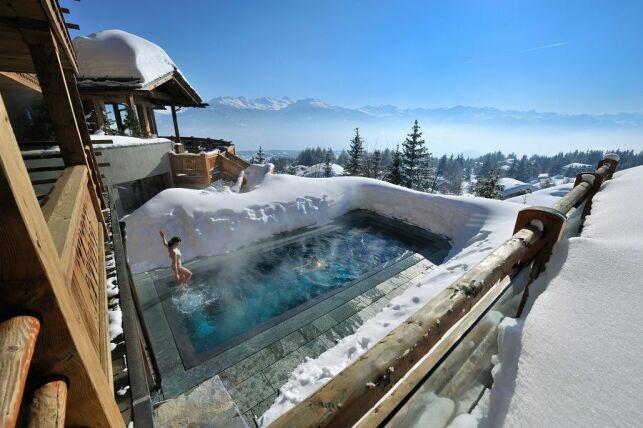 Un bain en extérieur pour les courageux à l'hôtel le Crans