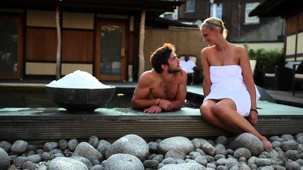 Un bain extérieur relaxant au Neptunbad© via Youtube
