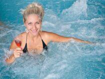 Un bar flottant pour votre spa : savourez vos boissons préférées dans votre bain à bulles