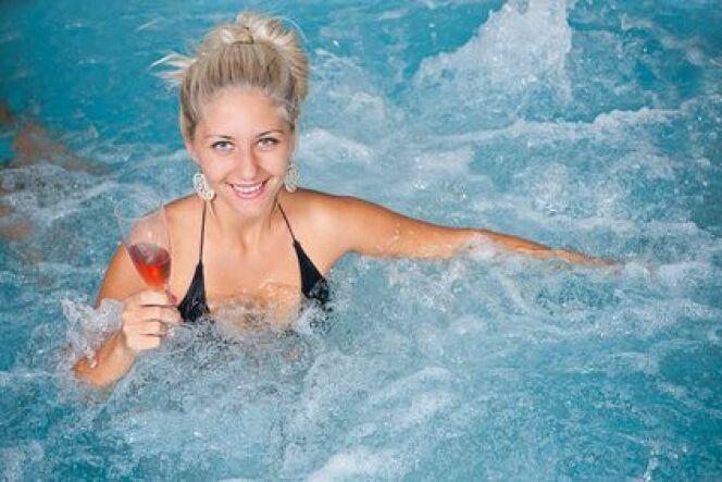 """Le bar de spa flottant vous permettra de profiter de vos boissons favorites tout en savourant votre bain à bulles.<span class=""""normal italic petit"""">© Grafvision - fotolia</span>"""
