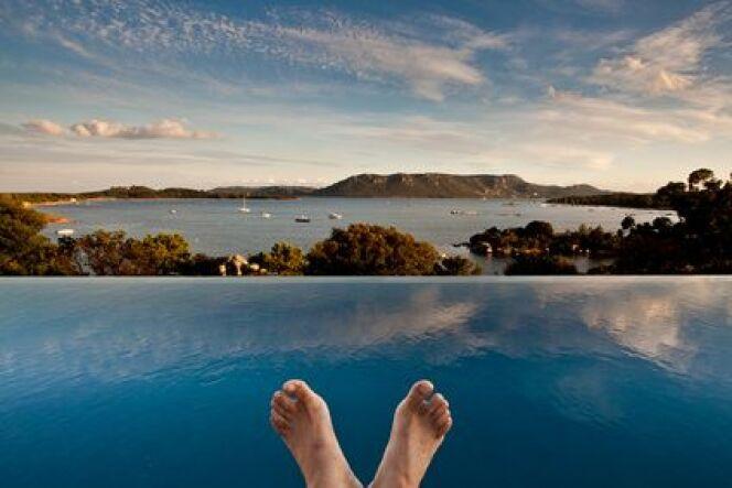 """Un bassin au premier plan, la mer au second, des doigts de pieds en éventail... voilà à quoi ressemble la thalasso en Méditerranée !<span class=""""normal italic petit"""">© mattei - Fotolia.com</span>"""